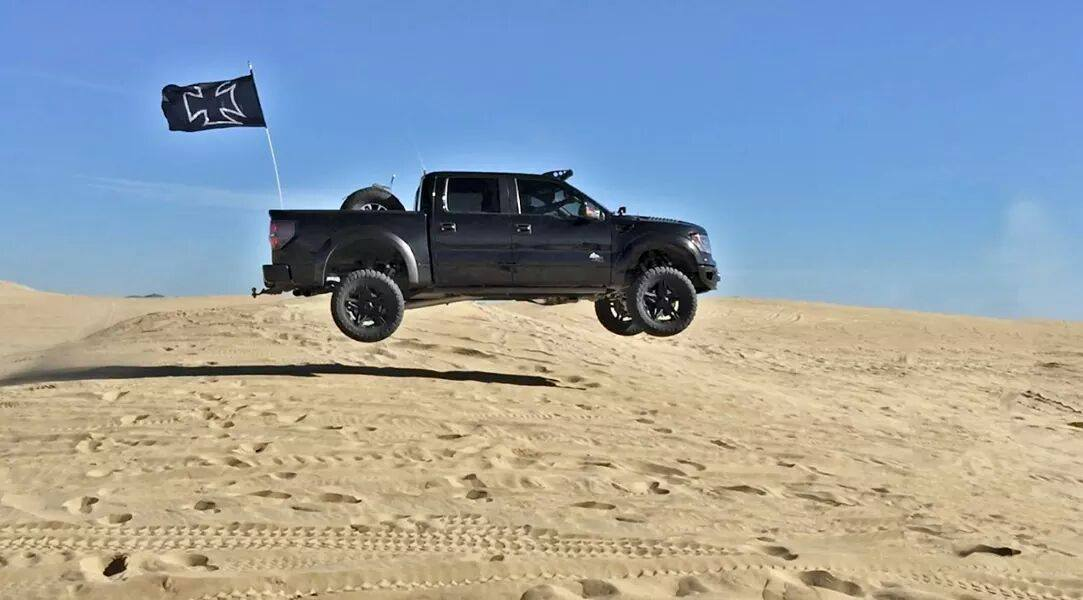 Ford Raptor Jumping dunes